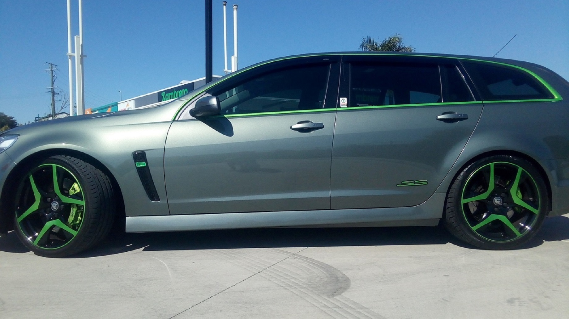 VF SS-V Series 2 Sportwagon , Green HSV wheels , Green Brembo brakes ,Green trim   , 1.jpg